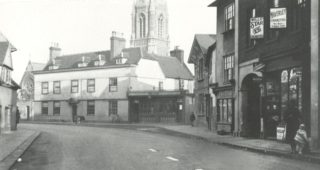 The arched entrance to Kiddill's Yard can be seen on the right of this photograph (early 20th century)